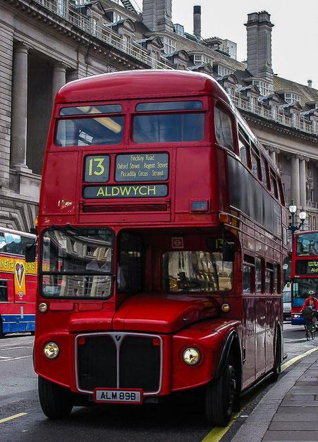 Londons rote Doppeldeckerbusse - die Routemaster: die historischen Busse auf der Linie 13.