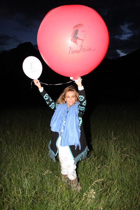 Am Abend des 6. Juni, des ersten Todestages von Pierre Brice, ließen die Winnetou-Fans Luftballons mit dem Konterfei Pierre Brice' in den Himmel steigen. Für Hella wurde ein großer roter Luftballon angefertigt.