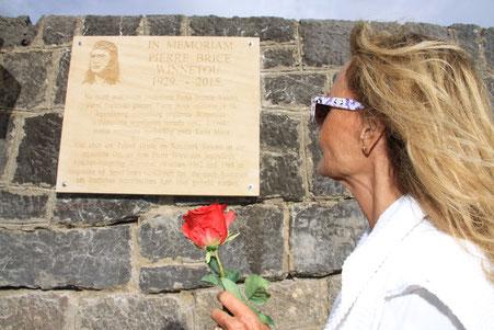 An der Windschutzmauer des Tulove Grede enthüllte Hella Brice zusammen mit dem Komponisten Martin Böttcher eine Gedenktafel.