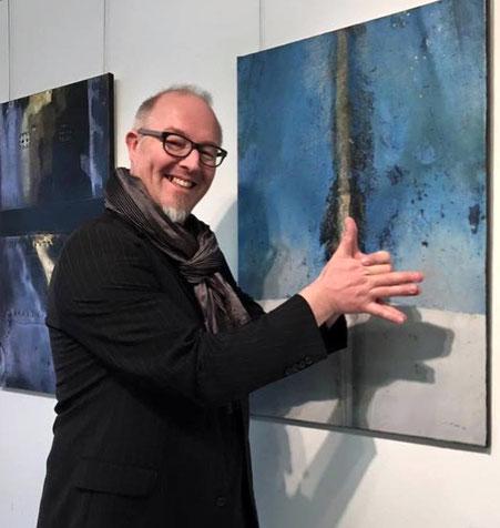"""Michael Pfenning an seiner Ausstellung """"Farben am Platz 2016"""" in Schaffhausen. (Bild: Christina Ceppi Fritschi)"""