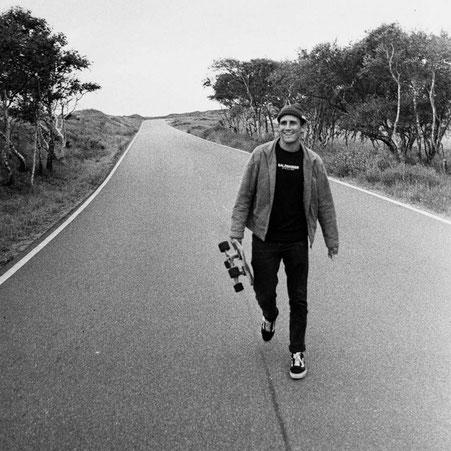 Der Surfer Timo Eichner von Norderney trägt das SALZWASSER Sweatshirt auf der Insel Norderney