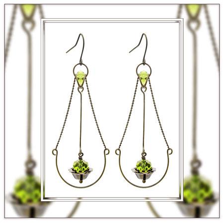 Juna ° The Floating Beauty ° Tropfenförmige Ohrhänger. Handgefertigte Ohrringe mit Messing Ketten und facettierten Glasperlen in leuchtendem ° Forest Green ° Designed and Manufactured by Elfgard®