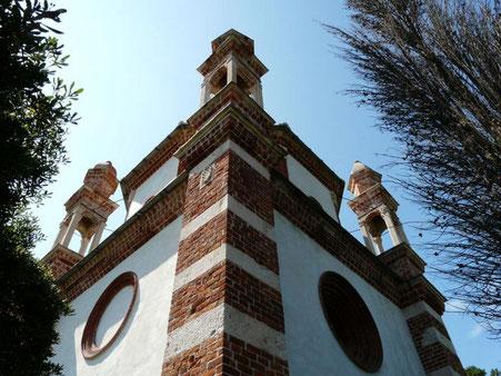 Pilastri di angolo in mattoni alternati a Pietra del Finale