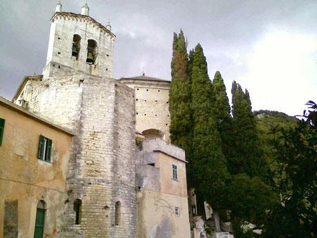 Vista sull'abside e sul campanile a vela
