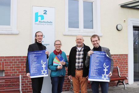 Intendant Wolf E. Rahlfs, Aud Merkel, Jürgen Lenski und Martin Hanusch von der Landeszentrale für politische Bildung vor der Hochschule 2020 (mb)