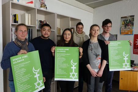 Dramaturgin Aud Merkel und Prof. Dr. Katrin Reimer-Gordinskaya mit Studierenden der Hochschule und TdA-FSJler Max Latinski 2018 (mb)