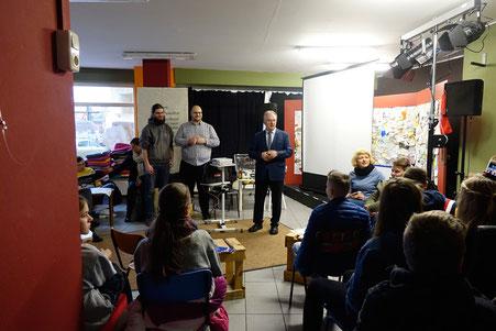 Jacob Beuchel von SJD »Die Falken« und Ministerpräsident Reiner Haseloff sprechen zu Schülern 2020 (am)