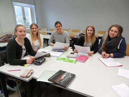 Studierende bereiten mit Prof. Dr. Katrin Reimer-Gordinskaya ihre Programmbeiträge vor 2018 (am)