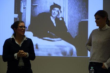 Dr. Elisabeth Gallas (links) spricht über Arendts Überlegungen zu Flüchtlingen und Staatenlosigkeit (am)