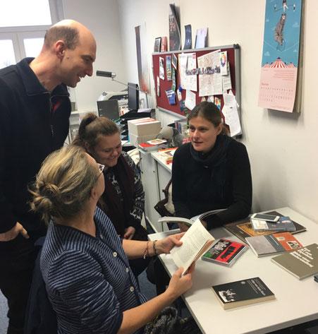 Theaterpädagoge Cornelius Danneberg, Studentin Riana Rebohm, Prof. Katrin Reimer-Gordinksaya und Aud Merkel 2019 (mb)
