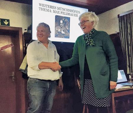 Vorsitzender Christian Schambeck (links) dankte Barbara Michal für den interessanten Vortrag zur Münchshöfener Ortsgeschichte.