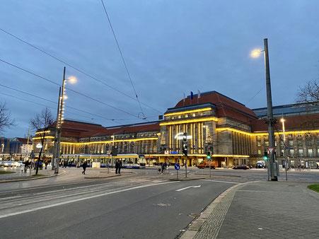 Leipziger Hauptbahnhof mit der Beleuchtung in der Vorweihnachtszeit