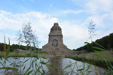 Völkerschlachtdenkmal Leipzig, mit Wasserbecken und Pflanzen im Vordergrund