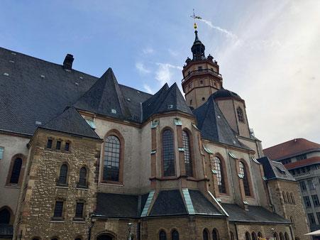 Nikolaikirche Leipzig aus der Froschperspektive vom Nikolaikirchhof
