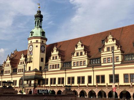 """Altes Rathaus Leipzig, im Vordergrund Eingang zur unterirdischen S-Bahn-Station """"Markt"""""""