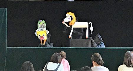 人形劇の2番目はしまうまぐるぐる。歌に合わせた楽しいお話と登場する動物に子どもたちは大喜びです。
