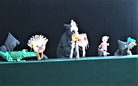 お招きした人形劇「お話UFO」さんは、息の合った7人のメンバーで、幼児が楽しめる人形劇を見せてくれます