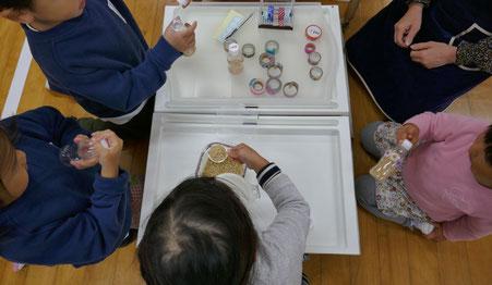 モンテッソーリの活動で、幼稚園児が集まって楽しくマラカスを作っています。