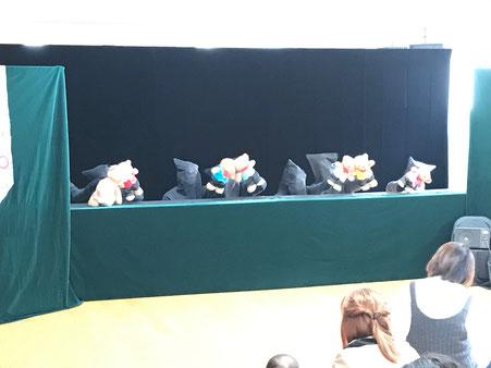人形劇の最後はくまの保育園。会場のみんなといっしょに「さんぽ」を歌いました。