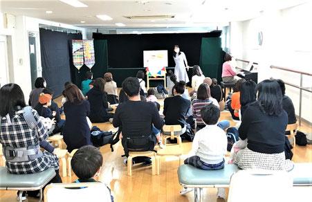 幼児教室が開催する人形劇の最初は「みんなで歌おう」のコーナー。手作りのマラカスを鳴らして歌を楽しみました。