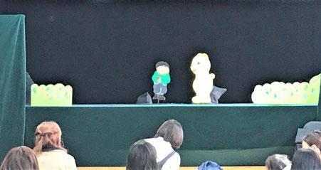 幼児教室で人形劇を開催。1番目のプログラムを鑑賞しています。