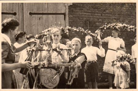 Kinderfest,                                          ...  noch heute werden Kränze gebunden und /oder Stöcke mit Blumen verziert