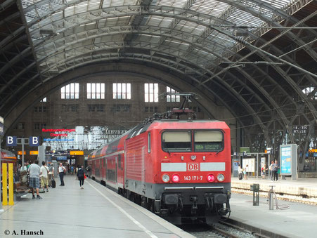 Bald wird auch die Zeit der 143er an Zügen des Regionalverkehrs vorbei sein. 143 171-7 bespannt am 4. August 2013 die RB54 nach Luth. Wittenberg und wartet in Leipzig Hbf. auf Abfahrt