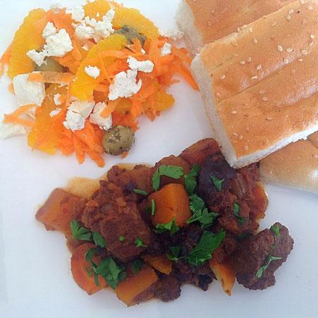 Marokkaans stoofvlees met pompoen, met brood en een Marokkaanse salade van wortel, sinaasappel, olijven en feta.