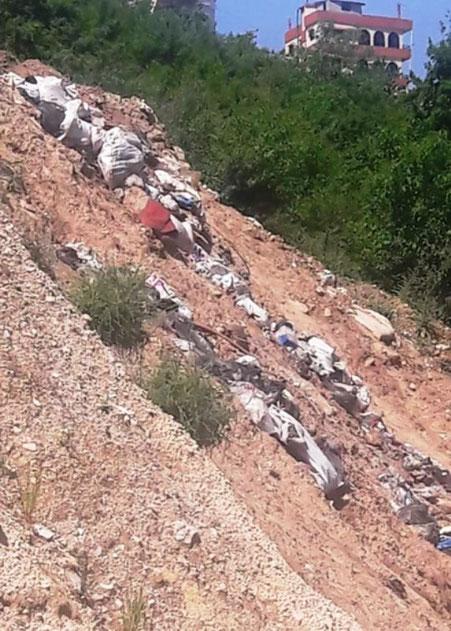 """أفاد مندوب """"الوكالة الوطنية للاعلام"""" عبد الكافي الصمد، أن مجهولين قاموا برمي كميات من النفايات على أطراف وادي الحمام الفاصل بين بلدتي بقرصونا ونمرين في أعالي جرود الضنية، حيث يشيد جسر يربط بين البلدتين ويعد واحدا من أعلى الجسور في لبنان إرتفاعا."""