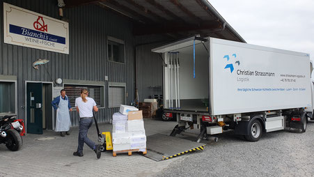 Ablad Palettentransport mit Hebebühne. Christian Strassmann Logistik