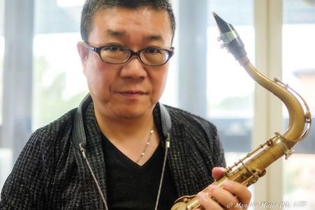 現役のジャズサックス、フルートプレイヤー、鈴木サキソフォンスクール代表、鈴木学