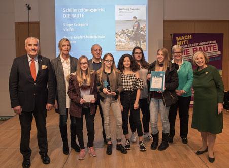 Unsere Wallburg-Express-Redaktuerinnen bei der Preisverleihung, links Minister Spaenle
