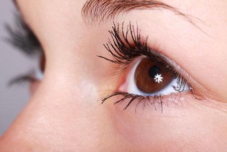 Auge mittels Hyaluron Augentropfen feucht halten