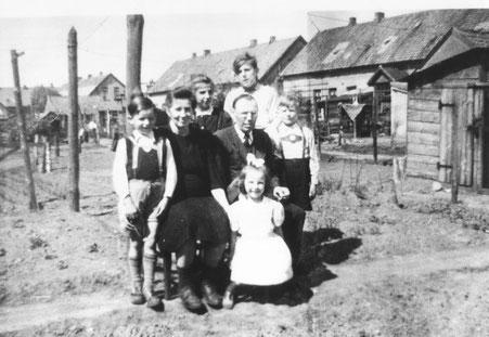 eine Familie in der Glashüttensiedlung, Quelle: Stadtmuseum Oldenburg