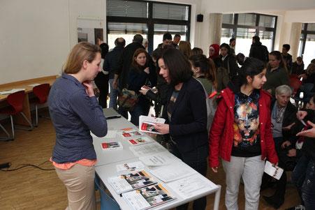 Am Infotisch bekommen Teilnehmerinnen und Teilnehmer der Veranstaltung weitere Informationen.