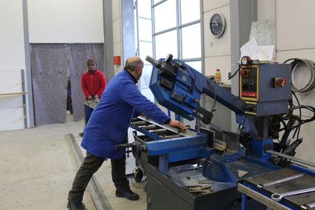 Ein Metallbauer und sein Azubi bei der Arbeit.