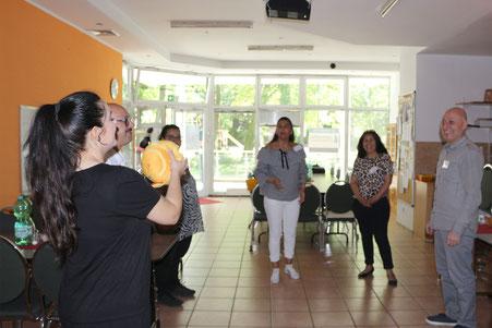 Teilnehmerinnen und Teilnhemer bei einer interaktiven Übung