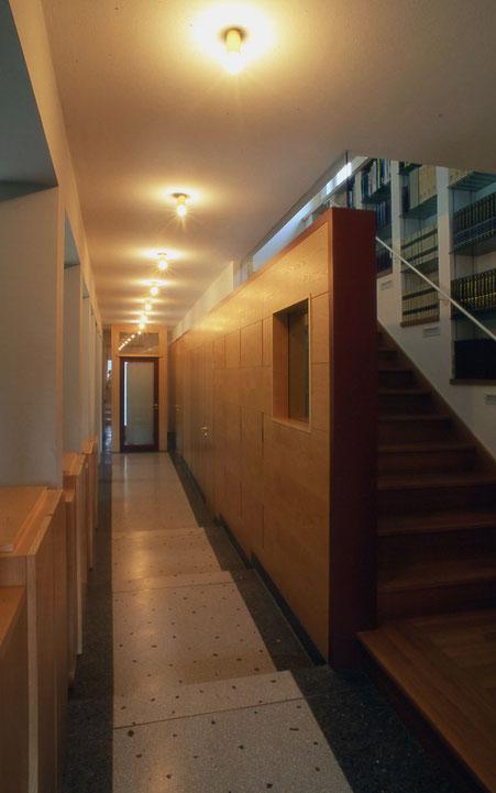 Stufenrampe begleitende Holzverkleidung mit integrierten Türen und Wandschränken - Foto © H. Schild
