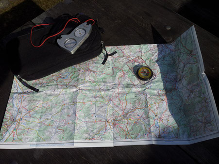 Orientierung mit Karte und Kompass