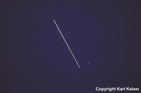ISS+angedocktes Shuttle im Bereich der Sternbilder Leier und Drachen, Moldaublick, 14. August 2001  Foto: aufgenommen zwischen 21:28 und 21:33 MESZ, f = 35 mm, 1:2.8, Bel. 20 s, Kodak Elite 400.