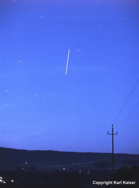 Schlägl, 2. Juli 2000, ca 22:24 MESZ: Strichspur der Raumstation MIR kurz vor dem Ende des Überfluges im Nordosten überm Böhmerwald. Fotos: f = 58 mm, Kodak Elite 400. © Karl Kaiser
