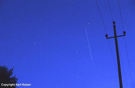 Schlägl, 2. Juli 2000, ca 22:24 MESZ: Strichspur der Raumstation MIR kurz vor dem Ende des Überfluges im Nordosten überm Böhmerwald. Fotos: f = 58 mm, Kodak Elite 400.