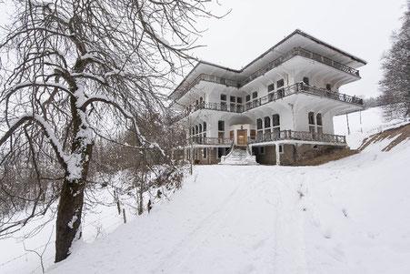 Le manoir d'Hauteroche, construit entre 1912 et 1914 par le propriétaire du journal français Le Matin Maurice Bunau-Varilla, est ensuite devenu un centre de loisirs et d'accueil de requérants d'asile