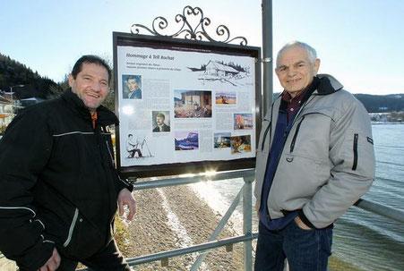 Christophe Bonny, Präsident der Société de Développement du Pont, und Rémy Rochat, Historiker des Vallée de Joux, vor einer Tafel, die dem Maler Tell Rochat gewidmet ist
