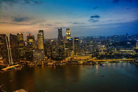 Singapur von der Dachterrasse des Marina Sands Hotel zur blauen Stunde