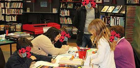 """Atelier """"Réalisation d'une carte en relief façon théâtre"""" de l'illustratrice Cloé Perrotin à la médiathèque de Donzy avec un groupe d'enfants et d'adultes"""