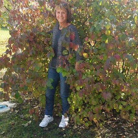 Photo de l'auteure Christine Arnoux en pleine nature en automne