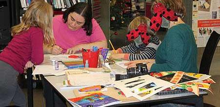 """Atelier """"Création d'une carte en relief façon théâtre"""" de l'illustratrice Cloé Perrotin à la médiathèque de Donzy avec un groupe d'enfants et d'adultes"""
