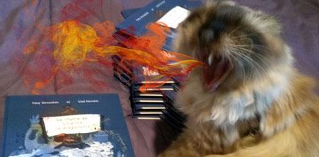 La chatte Ankara de l'illustratrice Cloé Perrotin se prend pour une dragonette en crachant du feu à la réception du livre Le rhume de Liharina la dragonette