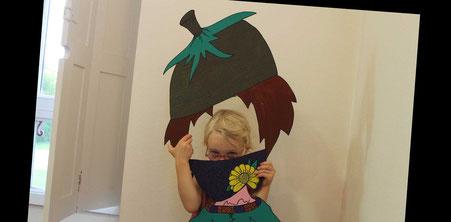 Fille d'Emilie Schauer avec la silhouette de Zip le lutin réalisée par l'illustratrice Cloé Perrotin lors du Salon du Livre du Cultura de Saint Doulchard 2017